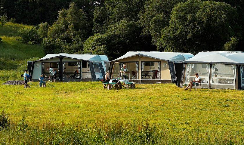 Echt kamperen is boven een vuurtje koken
