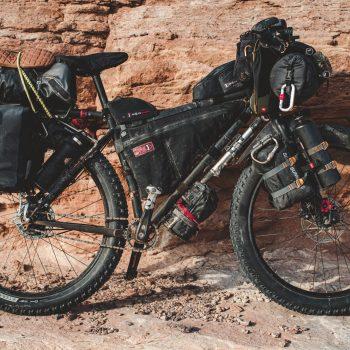 Bikepacking: fietskamperen met minimalistische fietstassen en uitrusting